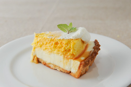 マンゴーとレアチーズのタルト