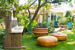Hawaiian Surfer Garden Theme, located in Santa Monica,  California (Abby Lanes) Tags: california garden tour santamonica cottage hawaiian beachcottage hawaiiantheme coastalcottage surfershack surfergarden