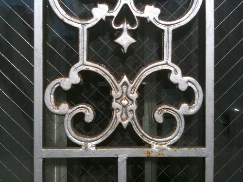 Bowery dingbat: decorative cage on window image