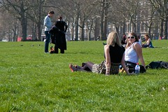 Brilaxing in Green Park (FashionSloerie) Tags: city england london 1 britain day1 greenpark stad engeland londen londenlondonenglandengelandcitystadbritainday