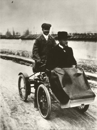 Daninos transportant Albert  Laborde sur son quadricycle à moteur. by Le Château d'Eau, Toulouse.