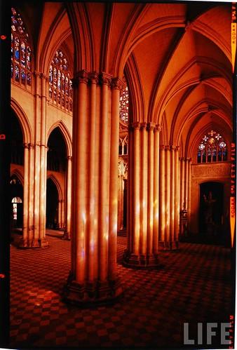 Interior de la Catedral de Toledo en 1963. Fotografía de Dmitri Kessel. Revista Life