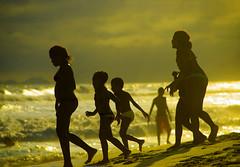 Golden Ending Days (itala2007) Tags: sunset people beach bravo waves silhouettes explore 500views explored seeninexplore visiongroup theunforgettablepictures itala2007 obq lesamisdupetitprince worldsartgallery