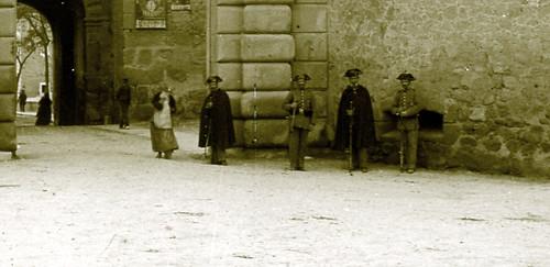 Guardias Civiles en la Puerta de Bisagra