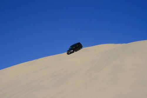 Jeep auf Düne in Wüste
