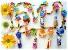 Jardim das Matrioskas (Lidia Luz) Tags: flower necklace handmade crochet flor jewelry bijoux bijuteria colar matrioska matrioshka bijouteria croch babushska lidialuz