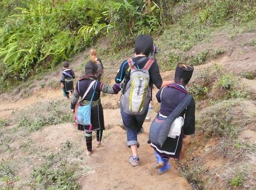hmong ladies helping the falling girl