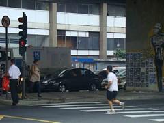 Pedestre corre para atravessar cruzamento das ruas Amaral Gurgel e Marquês de Itu