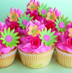 For Sunday Lunch.... (~Trs Chic Cupcakes by ShamsD~) Tags: by cupcakes nikon african south tres chic proudly designercupcakes shamsd whitechocolatecupcakes mousselinebuttercream shamimadesai madeinsouthafrica hatethesecolours ugliestcupcakesivemade cupcakesinsouthafrica cupcakesfromsouthafrica cupcakesinpietermaritzburg weddingcupcakesinsouthafrica weddingcupcakesinpietermaritzburg