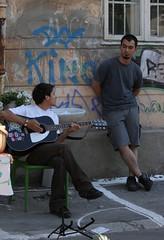 Guitar (Catalin Pruteanu) Tags: street june canon arthur strada guitar verona romania delivery bucharest bucuresti iunie canon70300 pictor arthurverona canon400d streetdelivery