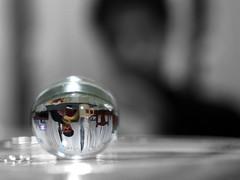 Pintando con una esfera. (Tranquitos) Tags: color macro reflection ball lens upsidedown bokeh sphere reflejo inverted lente gel invertido esfera bolita pelotita dadovuelta