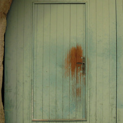 open here (l'homme de l'autre rive) Tags: door wood green vert opening porte bois ouverture poigne usure