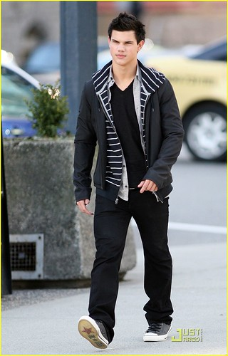 taylor-lautner-wolf-pack-lunch-09