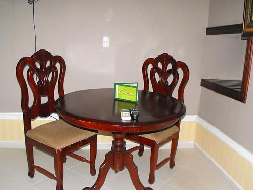 Mesa y sillas de Caoba en Motel