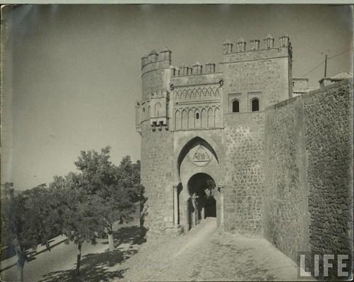Puerta del Sol (Toledo) a principios del siglo XX. Archivo de la Revista Life