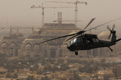 [フリー画像] [航空機/飛行機] [軍用ヘリ] [ヘリコプター] [UH-60 ブラックホーク] [UH-60 Black Hawk] [街の風景] [イラク風景] [バグダッド]   [フリー素材]