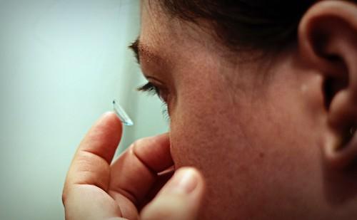 Es muy importante tener en cuenta una serie de factores higiénicos a la hora de usar lentillas