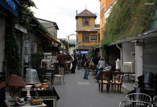 Cette maison colorée du marché Paul Bert est une agréable surprise parmi les baraques des antiquaires