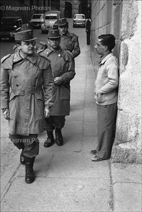 Militares pasan bajo el Arco de Palacio. Foto de Josef Koudelka en 1976. Magnum Photo