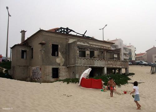 Esta casa em ruínas era magnifica, mas foi construída na areia, o que é hoje proibido.