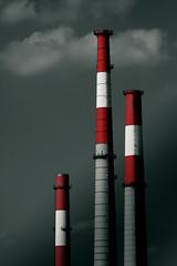 [フリー画像] [人工風景] [建造物/建築物] [工場の風景] [煙突] [暗雲の風景]      [フリー素材]