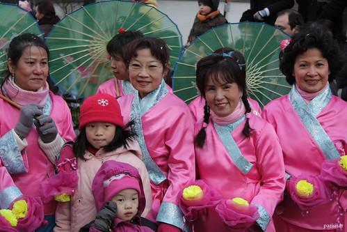 Magnifiques costumes pour ces femmes, avec leur ombrelle