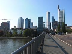Frankfurter Hochhauskulisse (Anjalie157) Tags: skyline brcke frankfurtammain hochhaus hochhausstrukturen