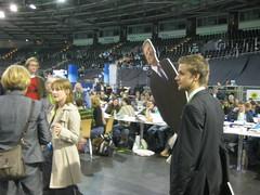 Tobi Schlegl (extra3, NDR) mit Papp-Westerwelle auf grünem Parteitag