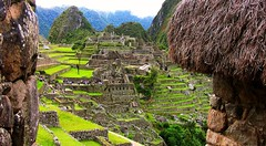 Peru - Machu Picchu - Panorama durch Htten , 1036 (roba66) Tags: panorama mountains peru landscape inka berge machupicchu landschaft ruinen inkas huaynapicchu mauern antik sdamerika herrlich ruinenstadt the4elements perumachupicchu stadtindenwolken