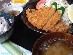 フードスペース めぐみ「白金豚ロース豚カツ定食」(980円)
