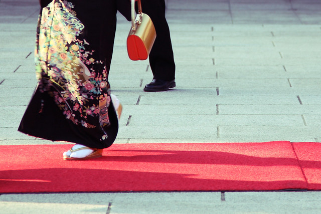 和装と赤絨毯