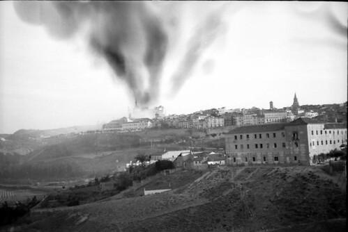 Momento de la explosión de una de las minas destinadas a volar el Alcázar de Toledo. Fondo del Estudio Fotográfico Alfonso. Archivo General de la Administración. Ministerio de Cultura