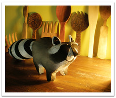 Raccoon and the wooden wood (violetta testacalda) Tags: animals stripes softies raccoon procyonlotor plushes procione orsettolavatore violettatestacalda saracimarosti stripedtailed