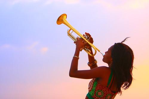 フリー画像| 人物写真| 女性ポートレイト| 黒人女性| 黒人| 楽器| トランペット| 夕日/夕焼け/夕暮れ| ガーナ人|   フリー素材|
