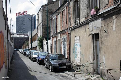 Les différents marchés qui constituent le grand marché aux puces sont soigneusement separés par des rues