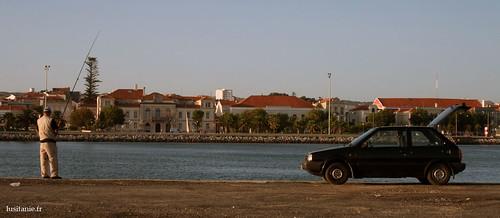 En face, on distingue la Mairie de Figueira da Foz
