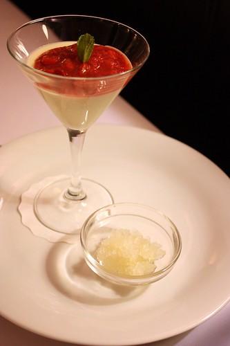Chrestova panna cotta s jahodovou zavareninou a champagne granite