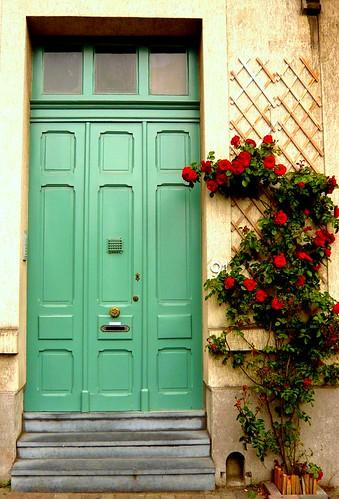 puerta verde con rosas