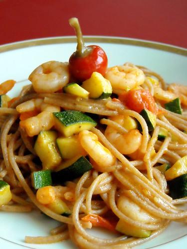 Spaghetti di farro con gamberi, zucchine e peperoncini ciliegino