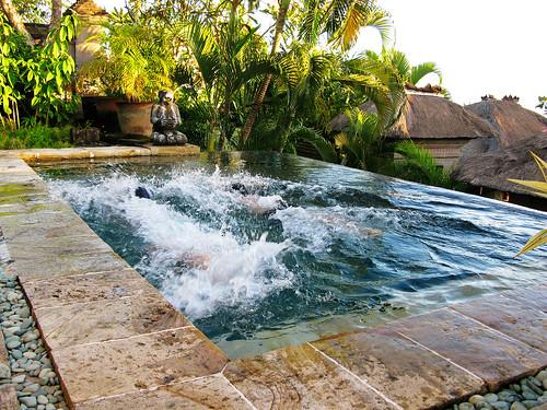 Happy Swimming不會游泳只能看小孩如魚得水