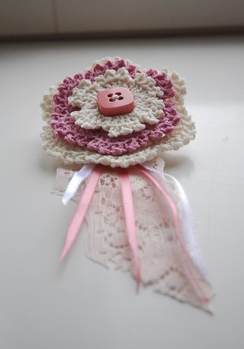 Brooch in white and pink