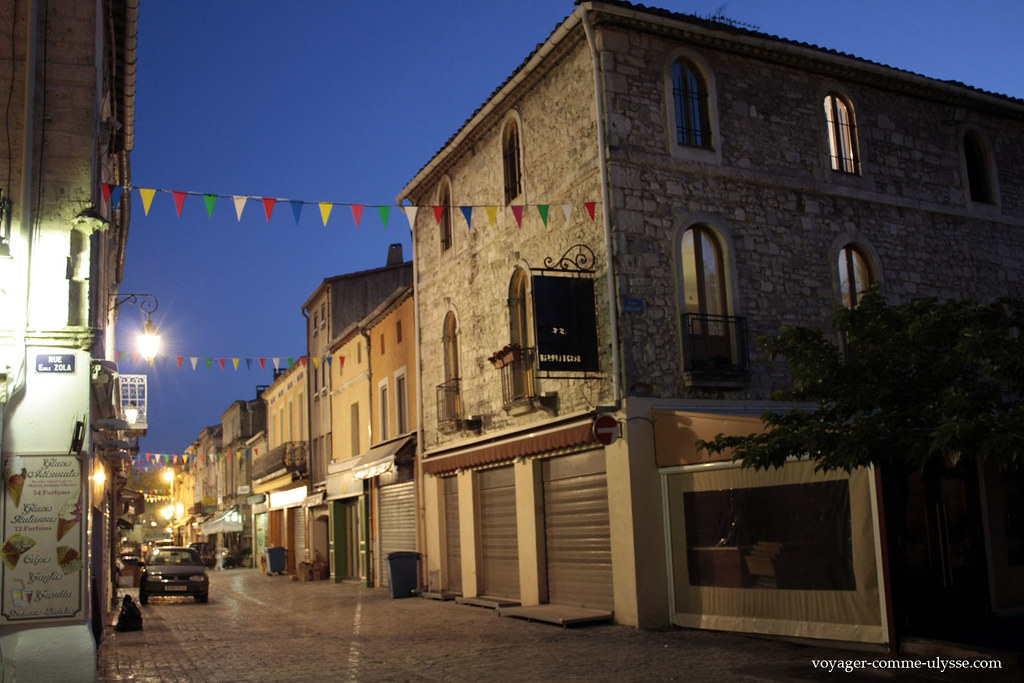 As pequenas bandeiras penduradas por cima das ruas dão uma certa alegria bem simpática