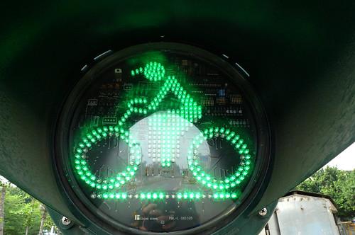 小綠人會騎車