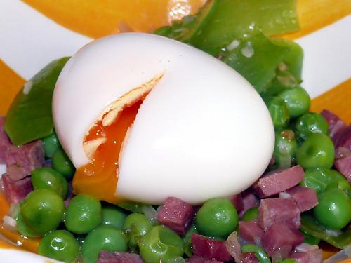 Guisantes y sus vainas con jamón y huevo mullido