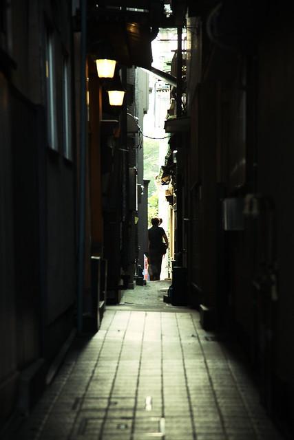 薄暗い路地