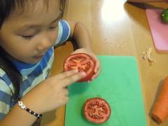 20090602-yoyo看蕃茄切面