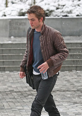 Robert Pattinson in Vancouver _01 (Club Crepusculo) Tags: snow canada vancouver messengerbag robertpattinson nikeshoes nikesneakers blackjeans brownleatherjacket fijiwaterbottle