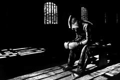 Vivo o morto....questa  la regola del combattimento (Funky64 (www.lucarossato.com)) Tags: light blackandwhite bw feet window dead death fight fighter bn io finestra alive piedi luce biancoenero vivo morto boxe abbandono concentrazione boxeur pugilato blackwhitephotos piedinudi guantoni lucarossato funky64 salvare1 salvare3 opugile salvare2