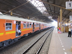 Jakarta 04 - Train at Gondangdia station (Ben Beiske) Tags: station train indonesia java platform jakarta crowded