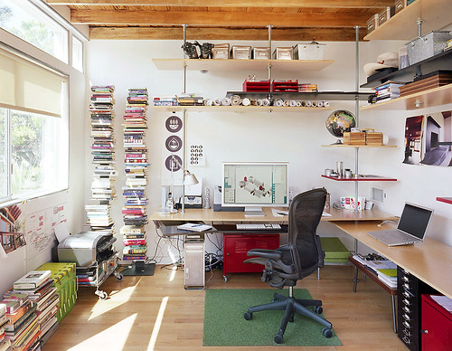 Office of floating shelves / Jeremy Levine